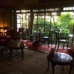 66671567 - 店内は自然光の小庭が見えるレトロ空間