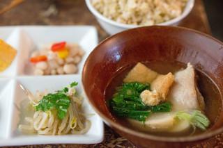青家 - 鶏肉とかぶのたいたん 玄米ごはんを大盛で。(大盛は追加料金100円ちょっとかかります)