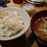 夜ノ焼魚 ちょーちょむすび - 筍とシラスの土鍋御飯1合750円。