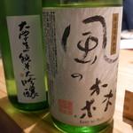 夜ノ焼魚 ちょーちょむすび - 日本酒を頼むとボトルを見せてくれる。