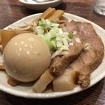 66679768 - 特製つけ麺には、この味玉、焼豚、シナチクが増量で加わります。