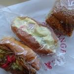 ブーランジェリーイシタ - 左より焼きそばパン、サラダパン、コロッケサンド