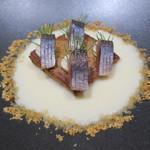 66682350 - 前菜1:長ネギのポタージュ ライ麦パンのフレンチトースト うるめイワシのオイル漬け レフォールとクリームチーズ ポテトチップス フライドオニオン フライドニンニクの粉 ディル4
