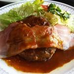 かぶと - ベーコンが添えられたハンバーグステーキ