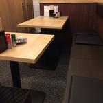 66687598 - 奥には、2~4人掛けテーブル席が4卓ありました(2017.5.7)