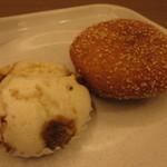 ロイヤルベーカリー - 黒豚角煮蒸しパン(税込194円)&黒豚カレーパン(税込380円) (2017.4)