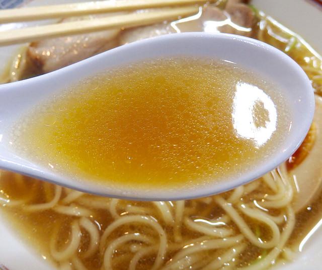 """煮干鰮らーめん 圓 名古屋大須店 - 黄金色のスープは飲み干せるタイプ。""""脂を最小限に使用しているので、風味の調整が難しい""""とのこと。娘が食べた「昔ながらのらーめん」の方のスープも飲ませてもらったが、また違ったテイストで興味深い。"""