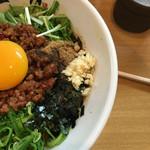 66688575 - 台湾まぜそばと違い、ニラは無く水菜。ニンニク、海苔は健在