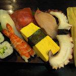 虎寿司 - 下駄から溢れんばかりの大握り盛り合わせです。