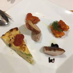 ルーチェ - 前菜5種盛り - (左から)キッシュ&トマト煮&タコのマリネ&チキンのバルサミコソース&(真ん中)ポークレバーペースト