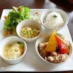 蓮 - 本日のランチプレート(阿部鶏の唐揚げピリ辛ソース