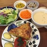 66695943 - キッシュプレートランチ。ボシュームは少し少なめ。小鉢の料理がすごくおいしかった。使ってる食器類はすごく高いらしい。