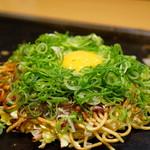 鶴橋風月 - 牛すじねぎ月見玉 モダン焼き (¥1,360)