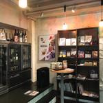 蔵元直営 糀カフェ 悠久乃蔵 - 店内の日本酒コーナー