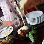 横浜肉バル 502 - ラクレットチーズのハンバーグ