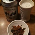 麺通 - 缶ビール400円と辛子高菜 サービス