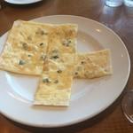 66709148 - 四角いパリパリピザ、チーズと蜂蜜が美味しい