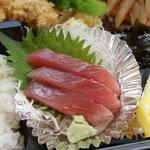 錦屋 - 新鮮な刺身が入っててビックリ