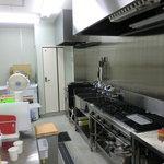 グー・チョキ・パー - 清潔な最新のセントラルキッチン