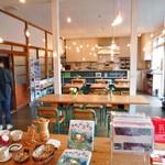 ハチカフェ - カフェ内部