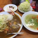 中栄 - シーフードカレー、野菜スープ、特製目玉焼き、キャベツ