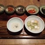 韓食 古家 - サンチェビビンバ定食のおかず1