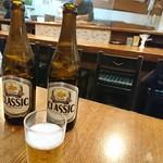 66737641 - テーブル席でビールを呑んで待ちます