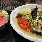 66739439 - 手打ち冷麺とミニ丼セット(仙台辛味噌冷麺とローストビーフ、ウニの二種丼)