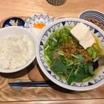 ごちそうとん汁 - 粗挽きキーマカレー豚汁・定食セット、納豆