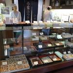 山田家 ふうき豆本舗 - きちんとした和菓子屋さんの設えが光ります。
