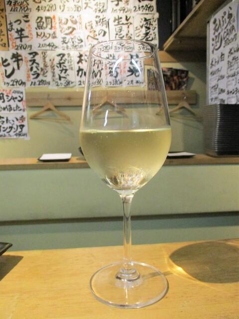 天ぷらとワイン 小島 - 白 グラスワイン(シャルドネ種) 490円(税込)。