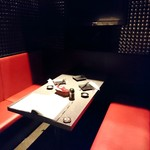 チーズタッカルビ&個室肉バル 博多鶏 - 真っ赤なソファの洒落た個室でした☆