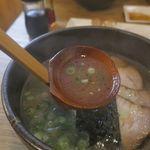 ごっつぉラーメン - 湯気が立つほどに熱々なスープは、旨味たっぷりながらも後味スッキリ。
