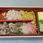 66762644 - 私の「倉石牛VS海鮮御三家対決弁当」1,250円。