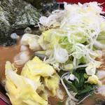 杉田家 - 中盛りラーメン、770円に、キャベツ90円と朝サービスネギが40円で、大満足の900円。