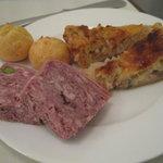 ラガップ - チーズ風味のシュー、仔牛肉のパテ、たまねぎのキッシュ。
