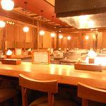 蕎麦・天ぷら 権八 - 広々としたオープンキッチン