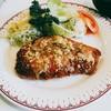 キッチンいまい - 料理写真:衣はザクザクとした絹挽き。一旦揚げ焼きにされてから粉チーズが塗されオーブン焼きに。添えられたサラダはキャベツ、キュウリ、レタス、トマト、パセリ、ポテサラ。
