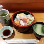 福和寿司 - ランチちらし寿司500円。 美味しいお味噌汁も濃いお茶ももちろんつきます!
