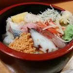 福和寿司 - コハダ、卵、カンパチ、タコ、鮭のほぐし身、かにかまぼこまで入っています。 これで500円は嬉しいですね!