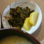 とんかつ高田 - たくあんときゅうりの漬け物。きゅうりの方は初めて食した。このあたりの特産かな。