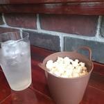 ジンアンドビターズ - お通しのポップコーン(食べ放題)とレモンサワー