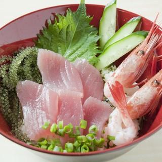 大人気の「海鮮うちなー丼」