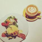 ROASTERS CAFE MANO+MANO - NYエッグベネディクト・カフェラテ