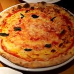 66802642 - トマトソースとバジルのシンプルなピッツァ
