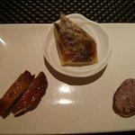66809312 - 焼き物前菜 焼き北京ダック、自家製ミックススパイスソーセージ、広東式 清流鶏のロースト