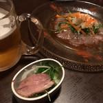 ビストロボンノ - 手前は突き出しの一品。野菜の上に鴨ロースが。奥は真鯛のカルパッチョ。涼しげな盛り付けです。生ビールは、コロンとしたジョッキで♪