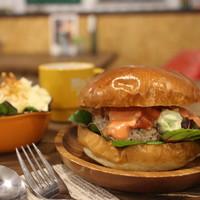 バックヤード カフェ - アボガドソース&サルサソースがたまらない旨さ。ハンバーガー