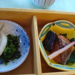 レストラン 瀬音 - 鮭の粕漬けと漬物
