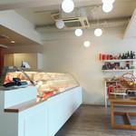 パティスリー・ラブリコチエ - 白を基調とした清潔感ある店内。